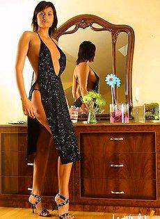 Подбор платья перед зеркалом