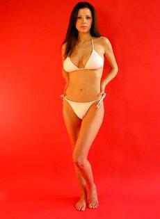 Девушка в белом купальнике