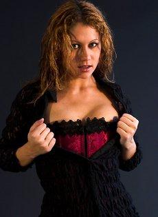 Сексуальная девушка в корсете и чулках на подвязках