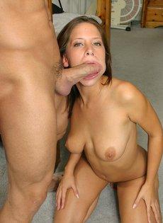 Преподаватель уговорил студентку взять в рот член