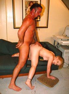Потный зрелый мужик трахает как сумасшедший худую шлюшку