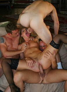 Отвязная проститутка искупалась в сперме, трахнувшись с толпой мужиков