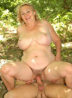 Зрелая девочка от небритой пизденью занимается сексом вместе с молоденьким парнем во лесополосе