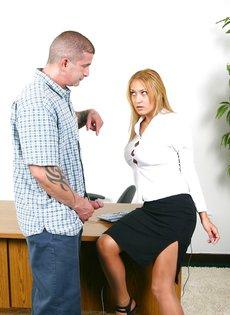Босс ебет в жопу на рабочем столе провинившуюся сотрудницу