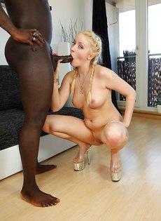Присела перед темнокожим парнем на коленки блондинистая сучка