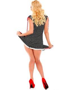 Веселая сучка на каблуках и в платье в горошок