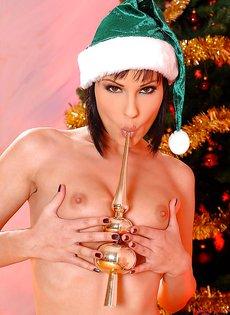 Возле новогодней елки мастурбирует киску брюнетка Abbie Cat