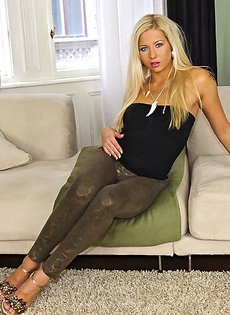 Гламурная блондинка все-таки сняла черные трусики