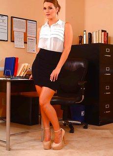 Сексапильная офисная брюнетка Abby Cross