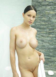 Секс фотоснимок девушки не без; важный грудью на душевой комнате