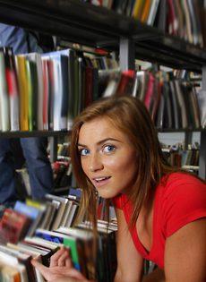 В библиотеке студентка показывает интимные части тела