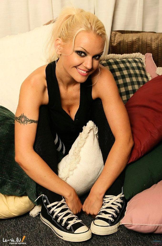 Скромная блондинка показывает свою киску - фото #1