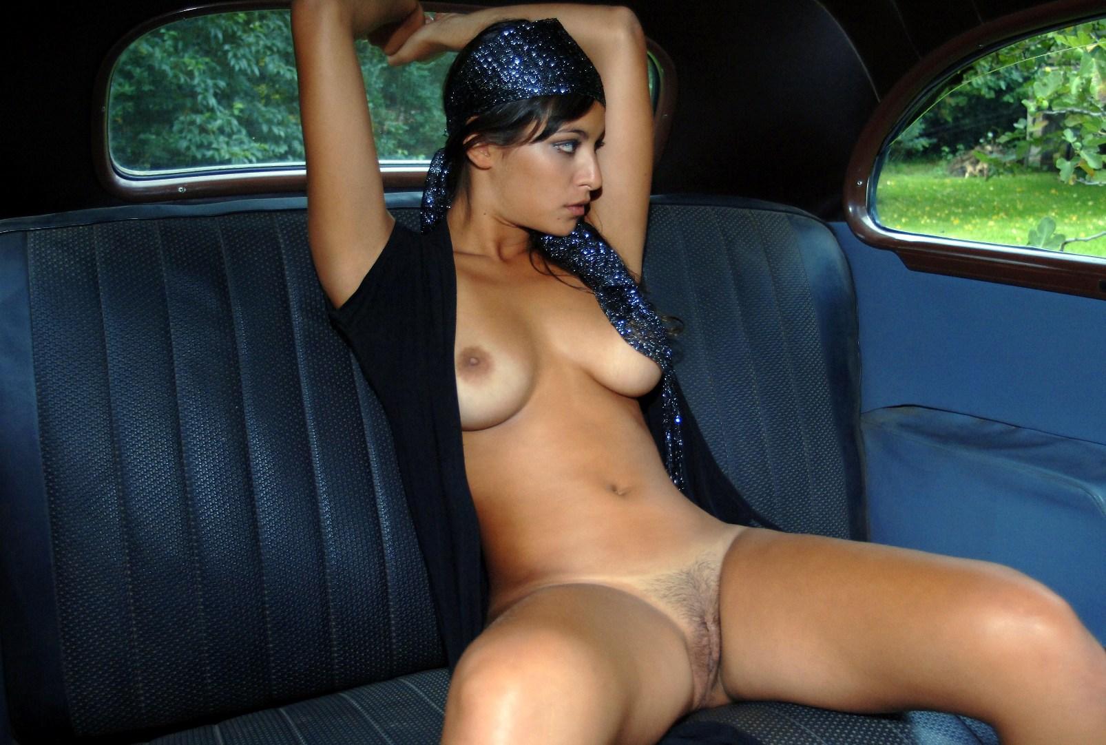 Симпатичные голые девушки около ретро машин 11 фотография