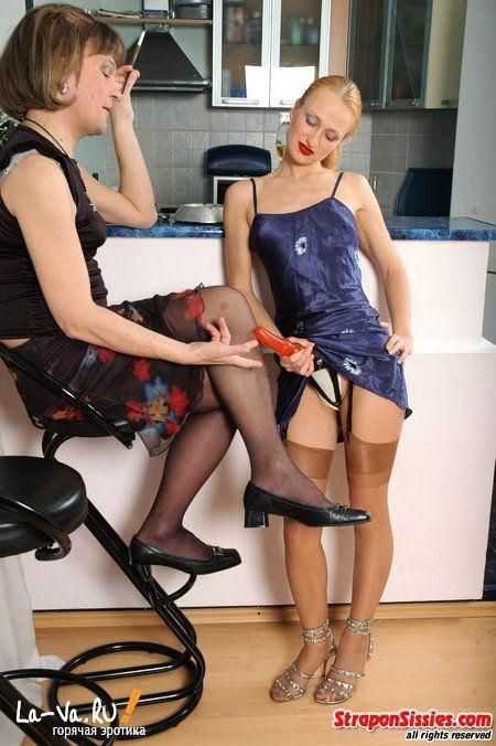 Секс двух девушек за барной стойкой