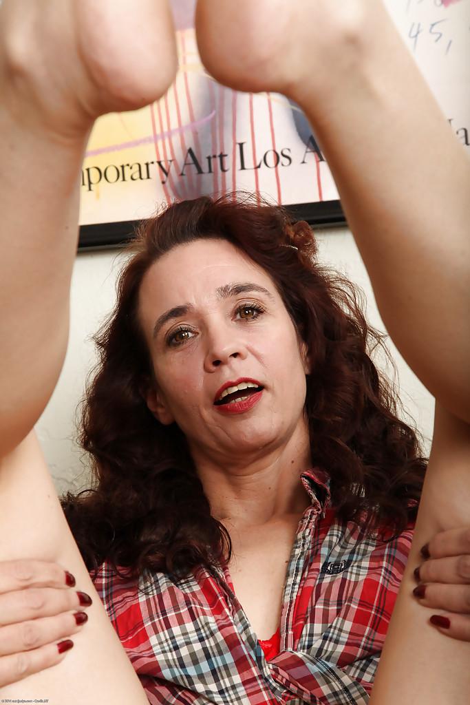 Женщина разделась и продемонстрировала мохнатую щелочку