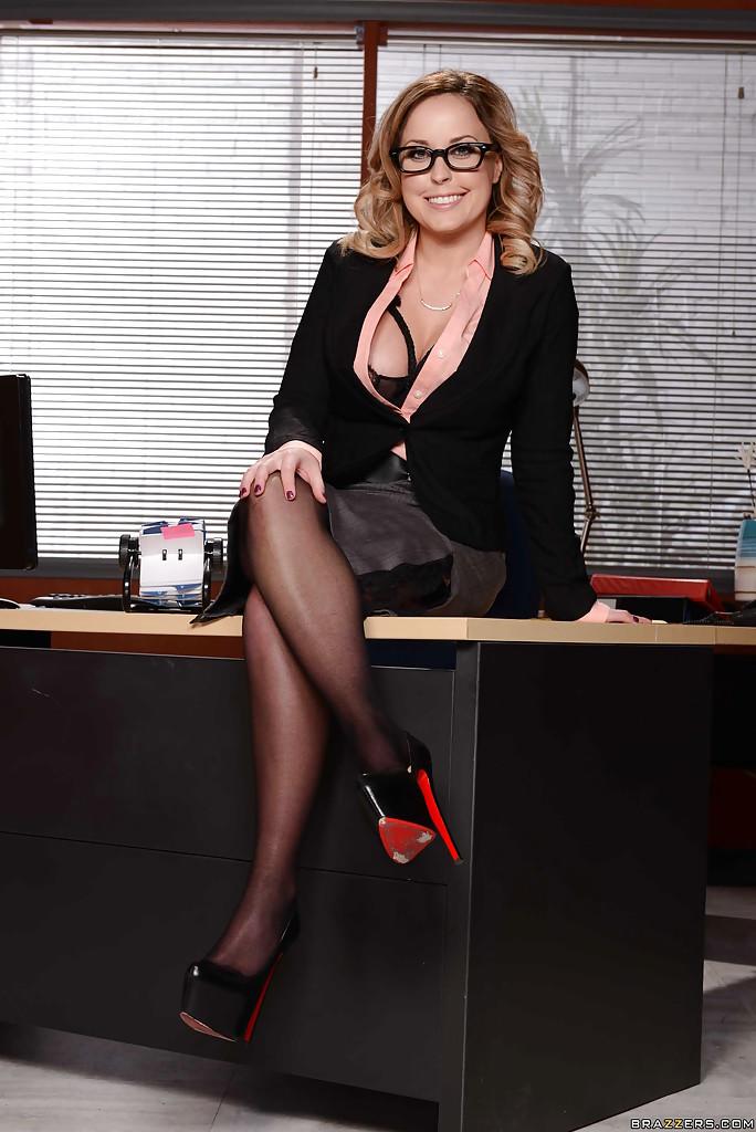 Жаркая начальница в красивом нижнем белье и чулочках