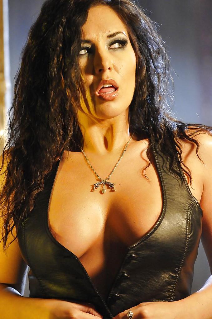 Эротическая фото сессия сексапильной брюнетки