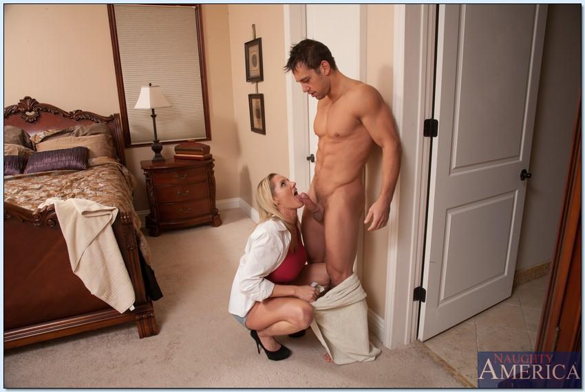Угощает грудастую зрелую блондинку после полового акта
