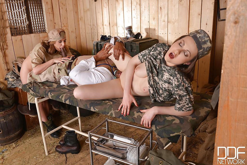 Военный доктор трахнул американских солдаток по очереди