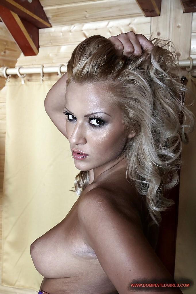 Эротика умопомрачительной блондинистой девушки в чулках