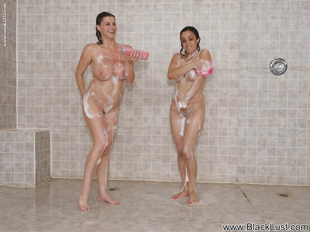 В душе моются две латиноамериканские девушки