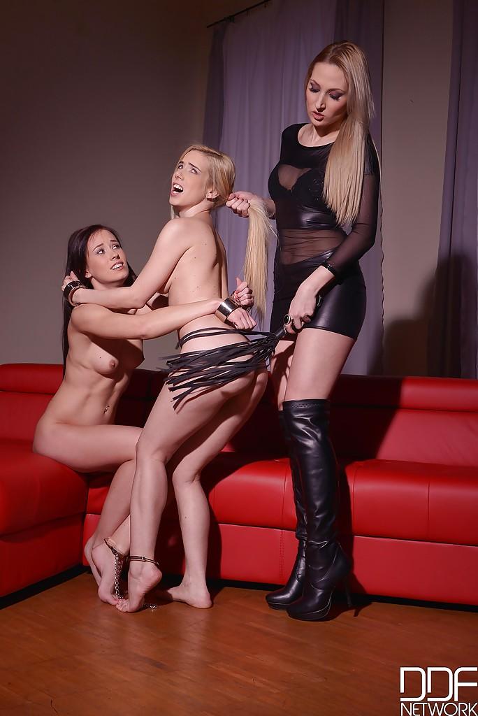 Строгая госпожа доминирует над молоденькими девушками