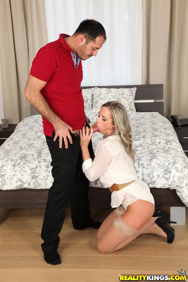 Перед сексом замечательная девушка берет пенис в ротик