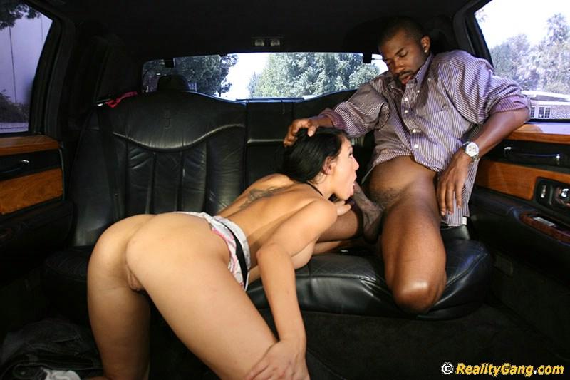 В автомобиле брюнетка отсосала большой черный член