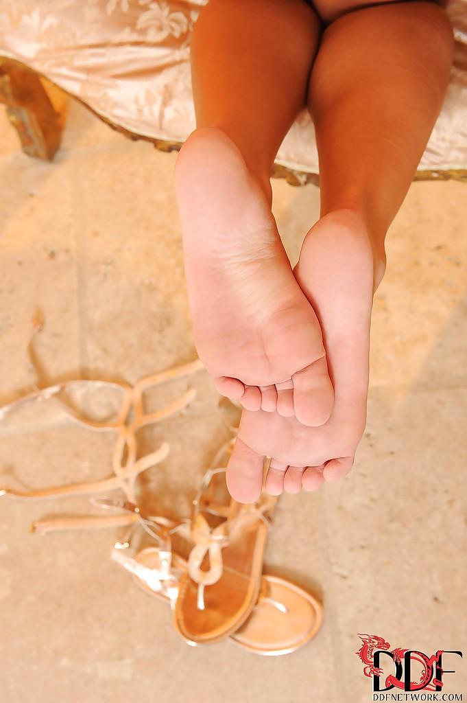 Девушки учат студентов лизать пизду