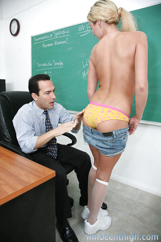 Преподаватель трахает молоденькую студентку в классе