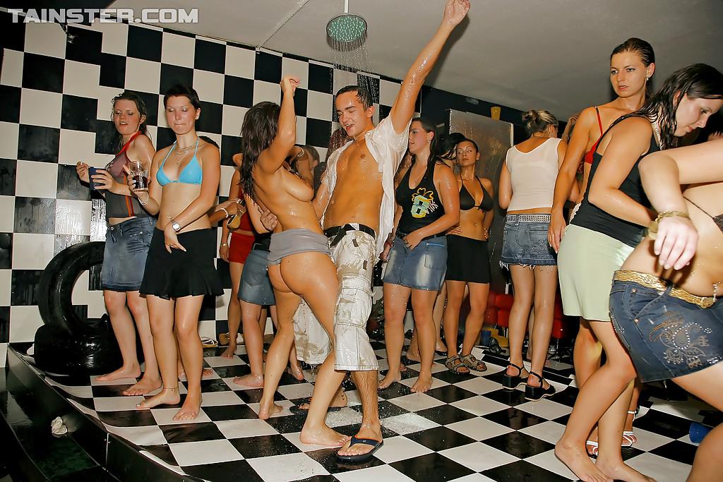 Молодые девушки напились и начали откровенно танцевать