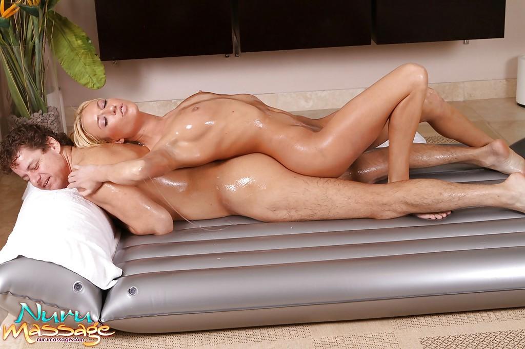 Блондинка в масле ублажает чувака на надувном матрасе