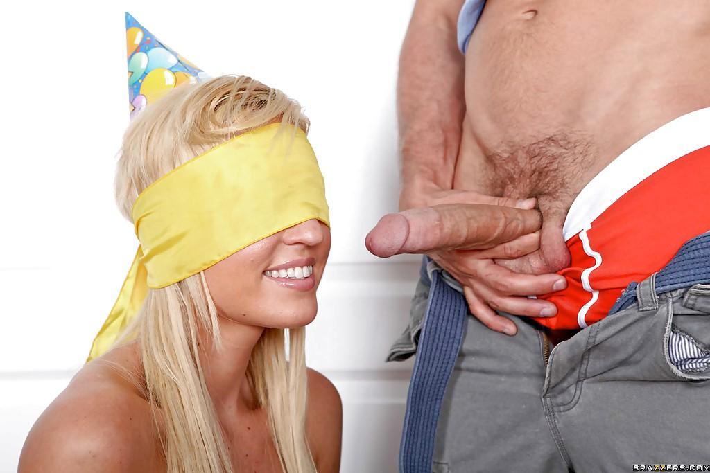 Горячий парень задвигает половой член во влагалище блондинки