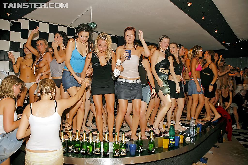 Пьяная секс тусовка с молоденькими студентками прошла отлично