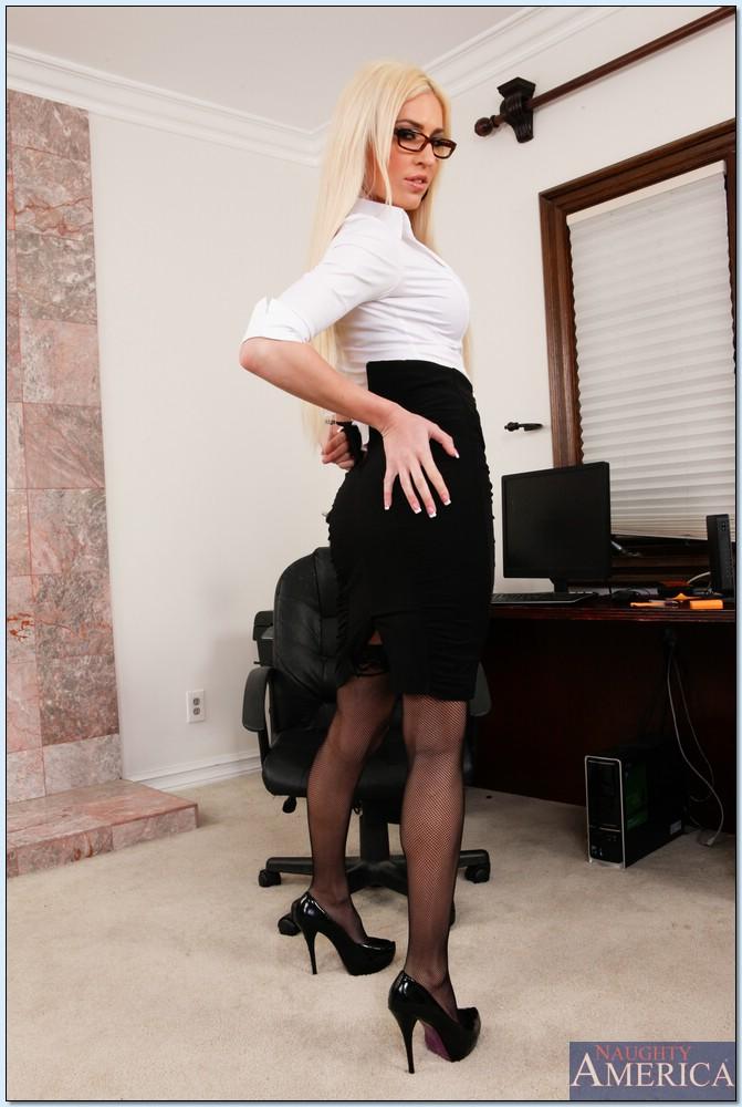 Горячий стриптиз от шикарной секретарши в черных чулках