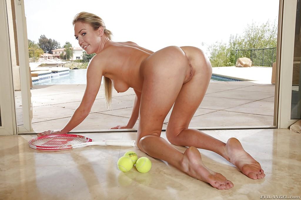 Худая теннисистка готовит анальную дырку к сексу