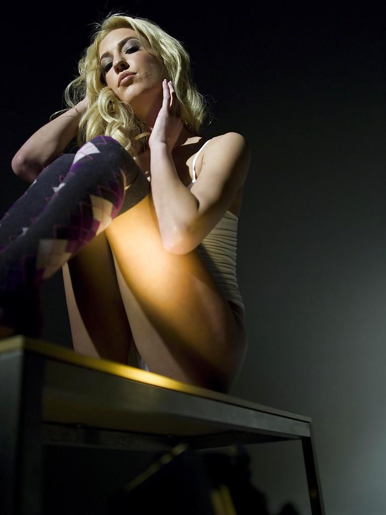 Обворожительная белокурая девушка с шикарным телом