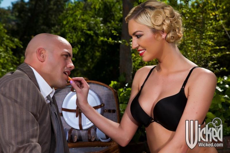 Секс на природе лысого парня и гламурной блондинки