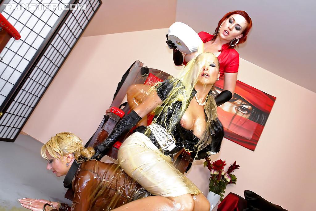 Рыжеволосая шлюшка доминирует над блондинистой девушкой