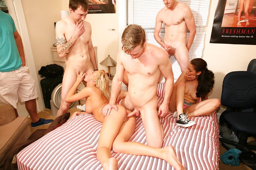 На небольшой кроватке парни оприходовали прелестных молоденьких телок
