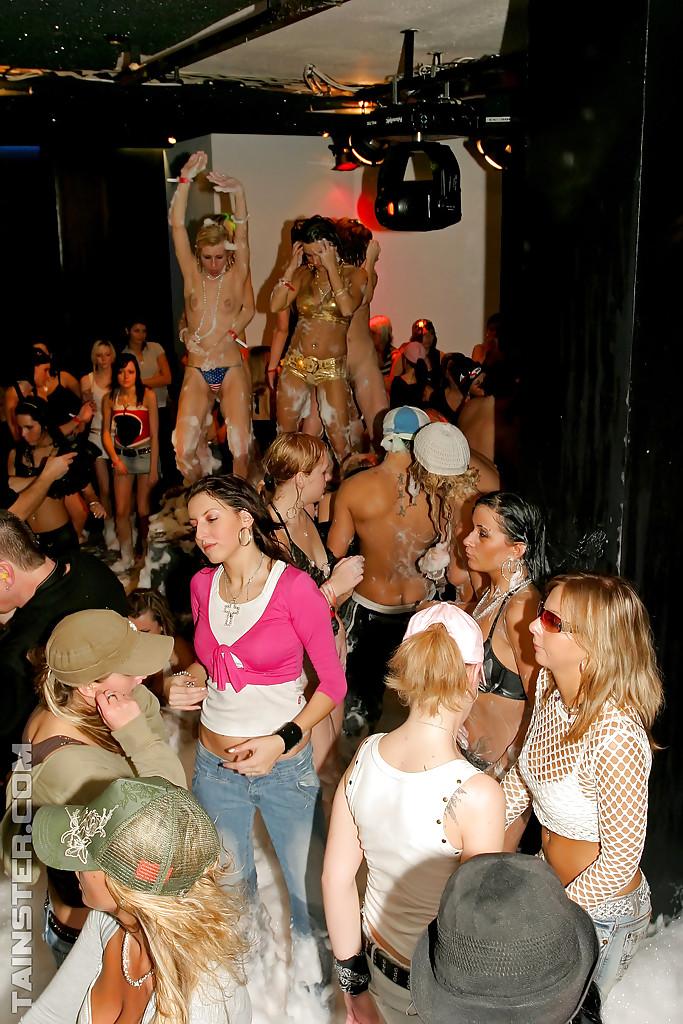 Пенная вечеринка очень понравилась молодым девушкам