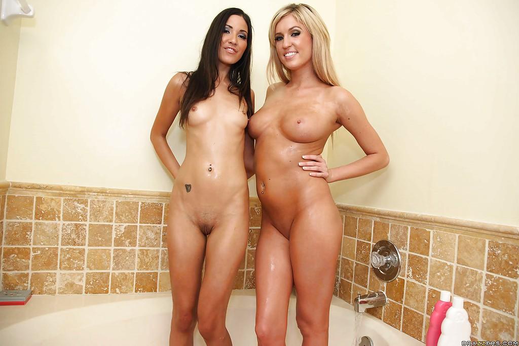 Красивая брюнетка и милая блондинка ласкаются в ванной