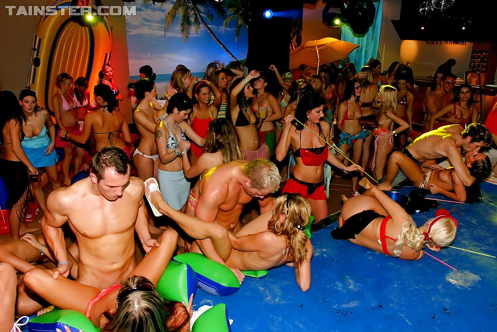 Вечеринка превратилась в незабываемое групповое порно
