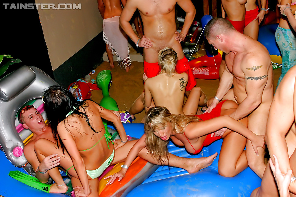 Красотки напились и согласились на групповушку на вечеринке