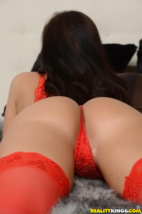 Красавица с обвисшими сиськами в красных чулках