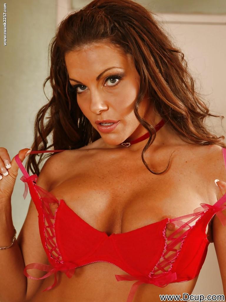 Сексуально снимает с себя трусики красотка Victoria Valentino