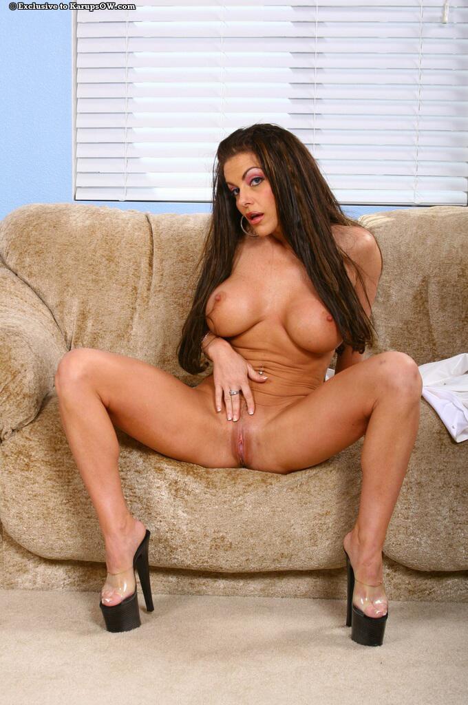 Брюнетистая медсестра и ее большая силиконовая грудь