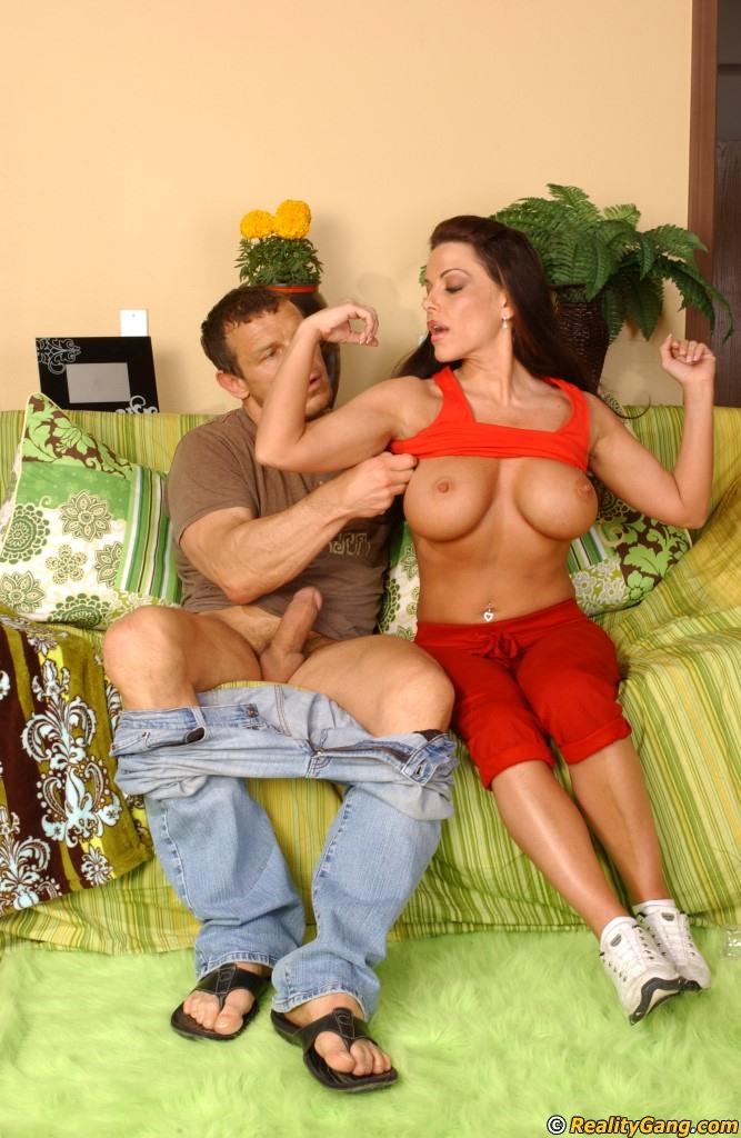 Мужчина шпарит грудастую женщину в разных позах