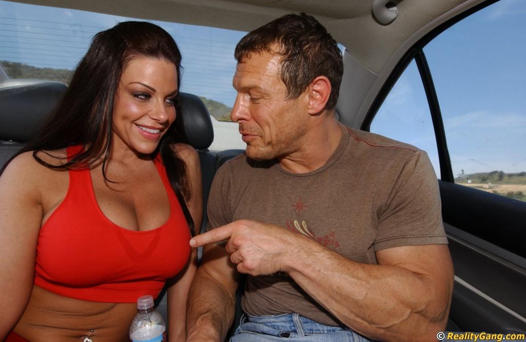 Сиськастая сучка в возрасте сосет пенис в автомобиле