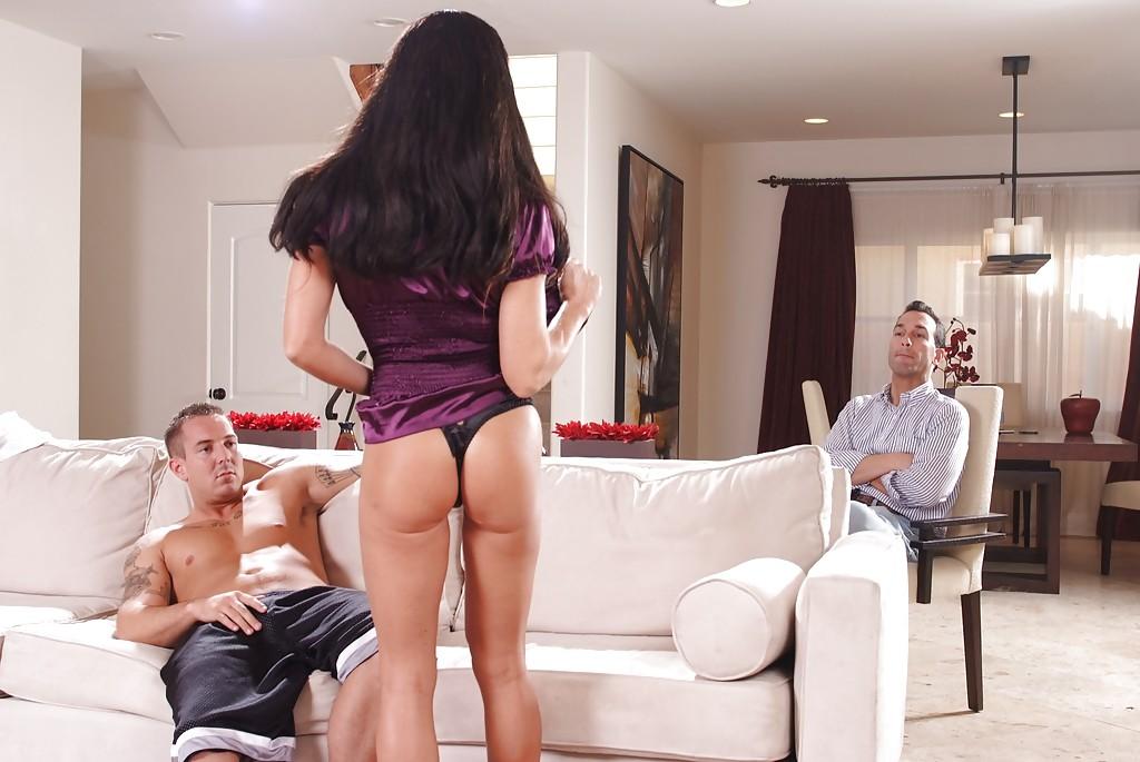 Горячее половое сношение с латинкой на диване